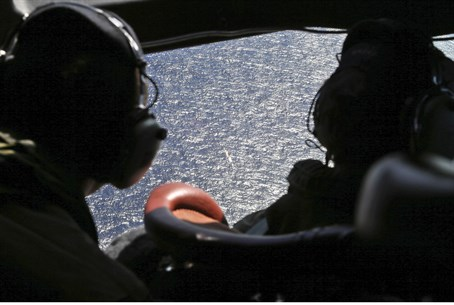 Search plane hunts for MH370 (file)