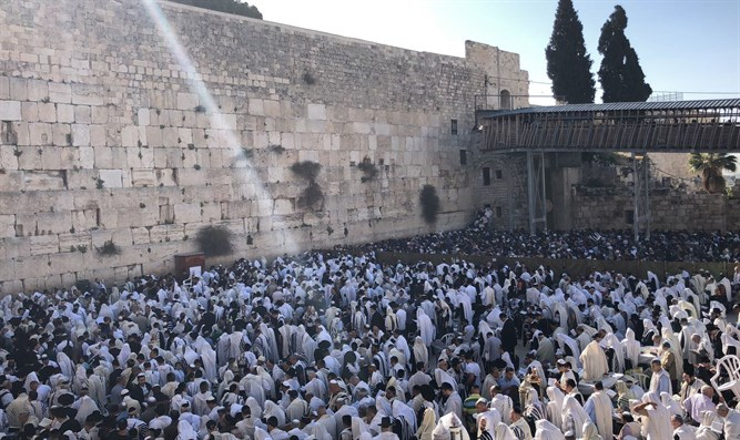 Thousands attend prayers at the Western Wall