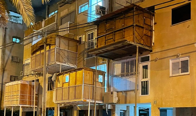Four people injured in sukkah collapse