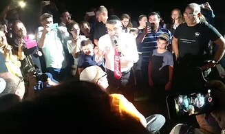 Singer Avraham Fried in moving gesture to injured soldier