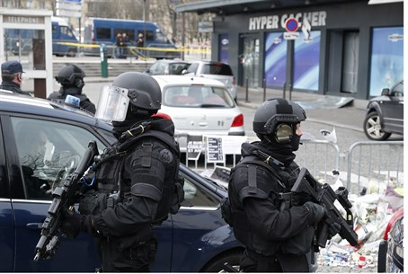 French special forces stand outside the Hyper Cacher store, where four people were killed