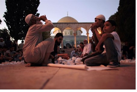 Muslims eat on the Temple Mount (file)