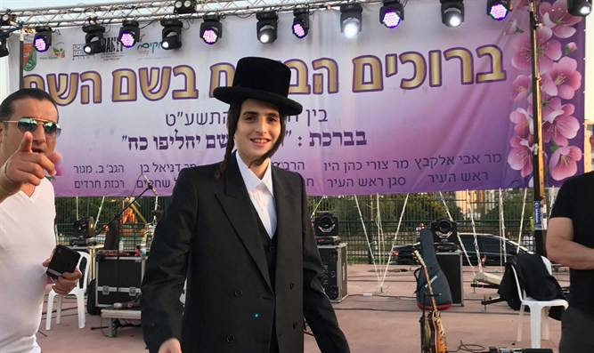Moti Steinmetz arrives for concert in Afula