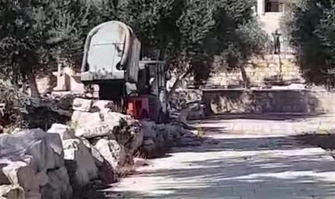 Dumping waste on Temple Mount
