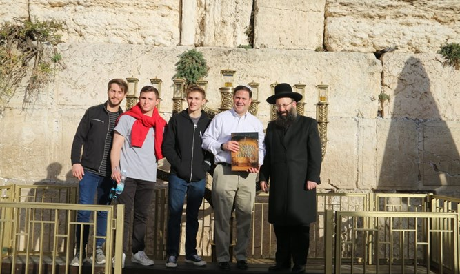 Gov Ducey and sons with Kotel Rabbi Rabinovich