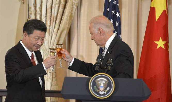Chinese President Xi and U.S. Vice President Biden raise glasses in toast