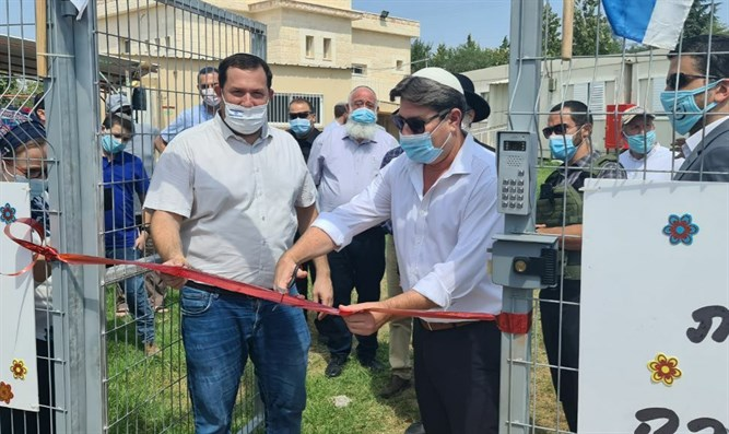 Minister Akunis (R) opens school year with Yossi Dagan